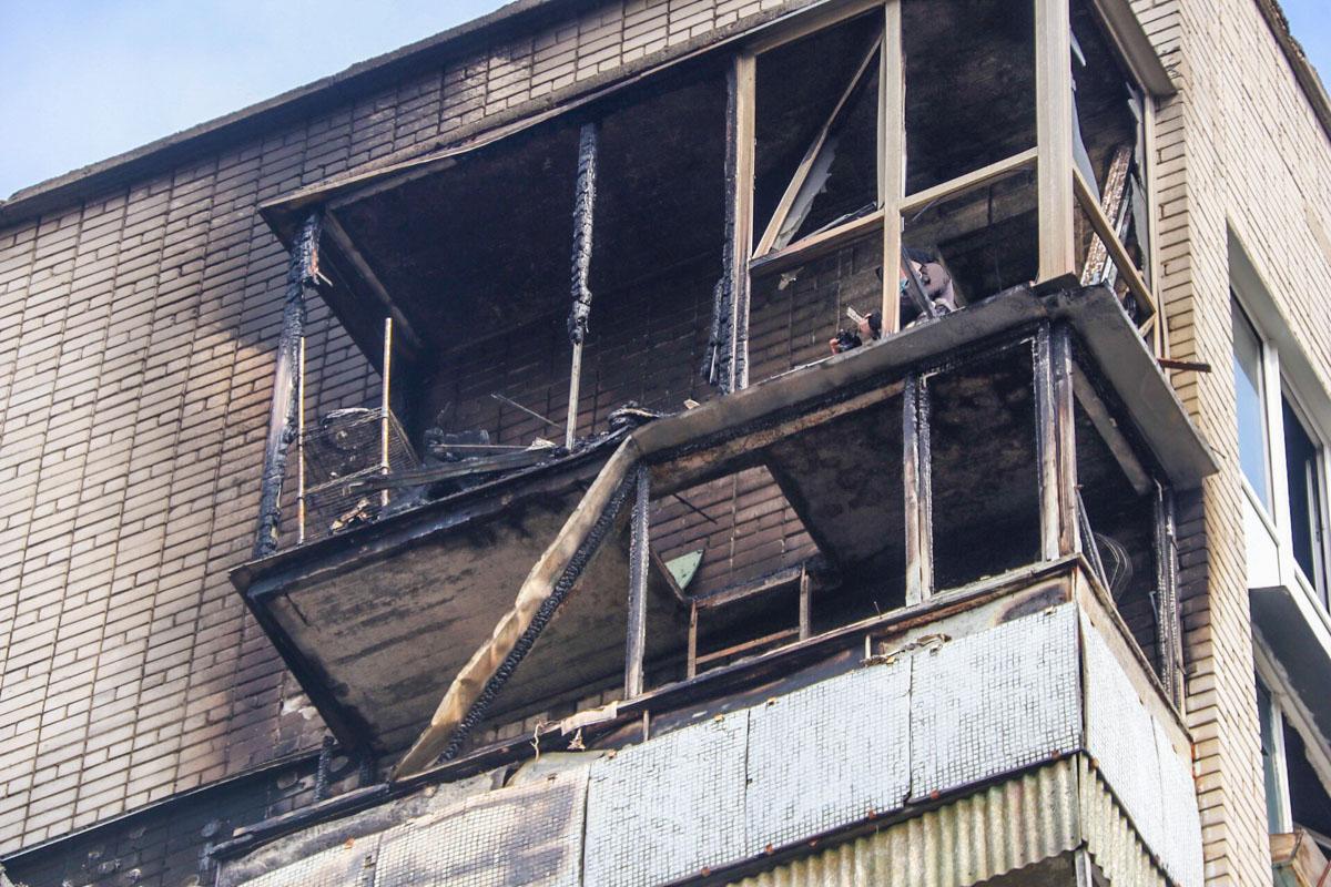 Пламя охватило балкон на 8 этаже