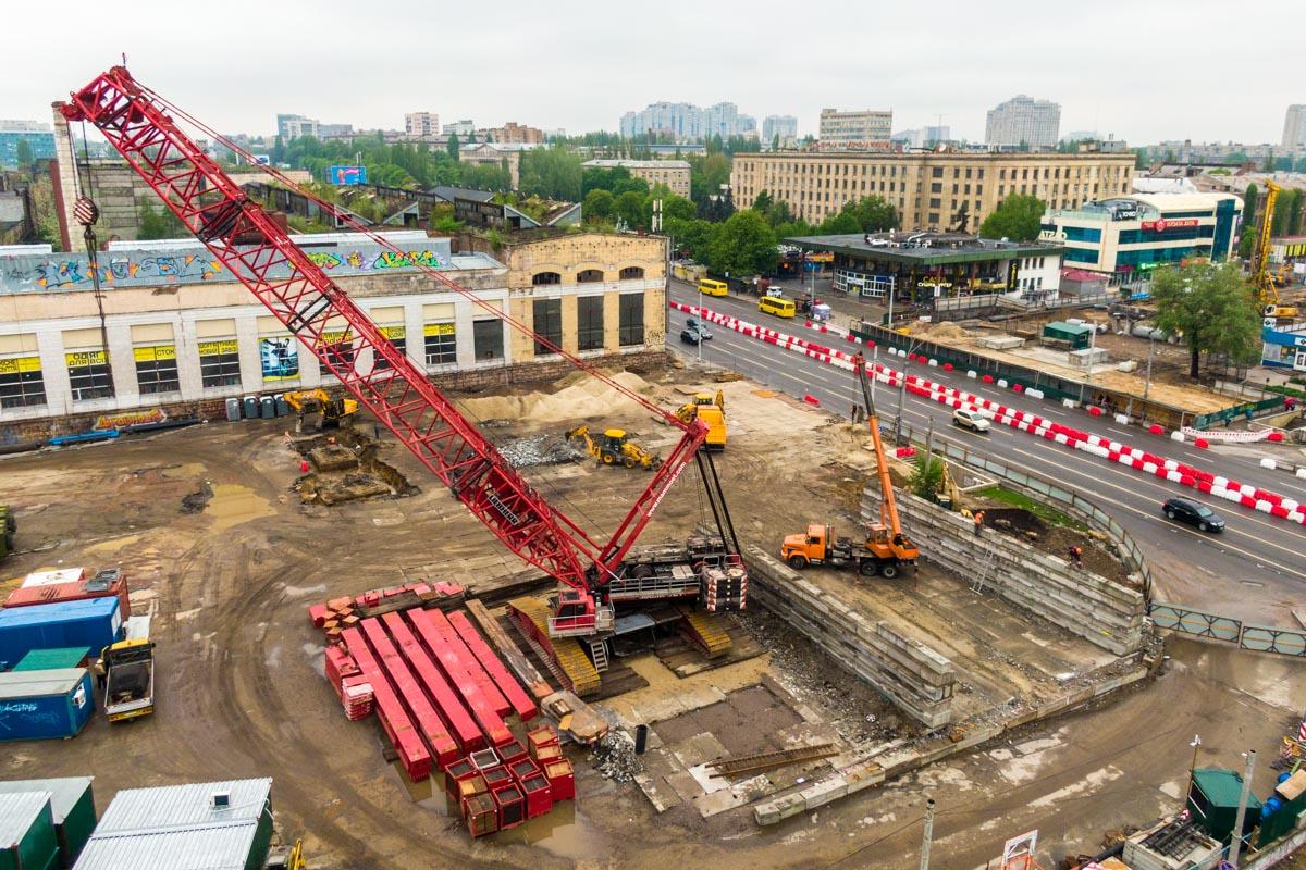 На этом фото можно увидеть фундамент опор старого моста, который активно демонтируется, и две какие-то конструкции, которые также вскоре исчезнут