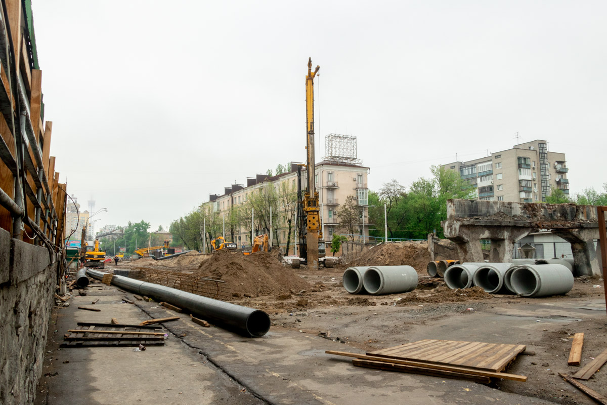 """Пока демонтаж всех конструкций старого путепровода не завершен, да и вообще все работы по ремонту """"уставшего"""" моста приостановлены из-за разбирательств"""