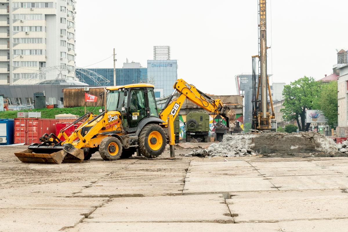 Другие следы прошлого сокрыты за строительными заборами, однако и их постепенно убирают, демонтируют