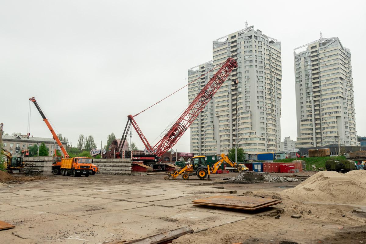 Однако визуально для простого жителя Киева моста уже не существует и можно фантазировать о появлении новой современной развязки