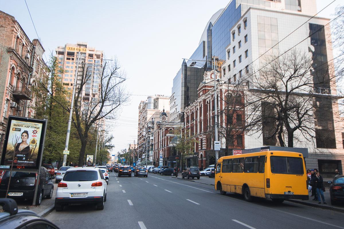 Благодаря такой работе коммунальщиков можно хотя бы попытаться оценить архитектурное разнообразие улицы