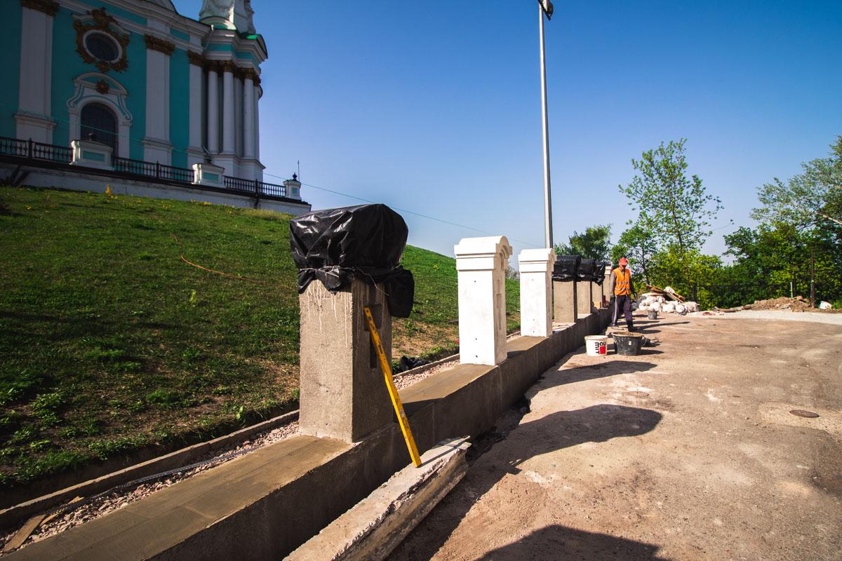 Сотрудники служб устанавливают новые ограждения вокруг собора.