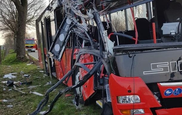 В Германии автобус с детьми влетел в дерево
