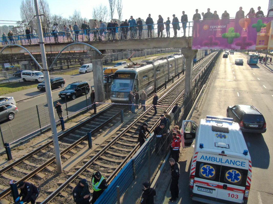 Предварительно, мужчина покончил жизнь самоубийством, спрыгнув с пешеходного моста