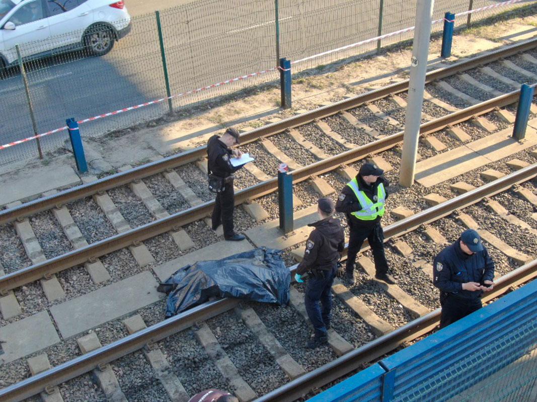 Мужчина поднялся на пешеходный мост, который проходит над линией скоростного трамвая и спрыгнул вниз