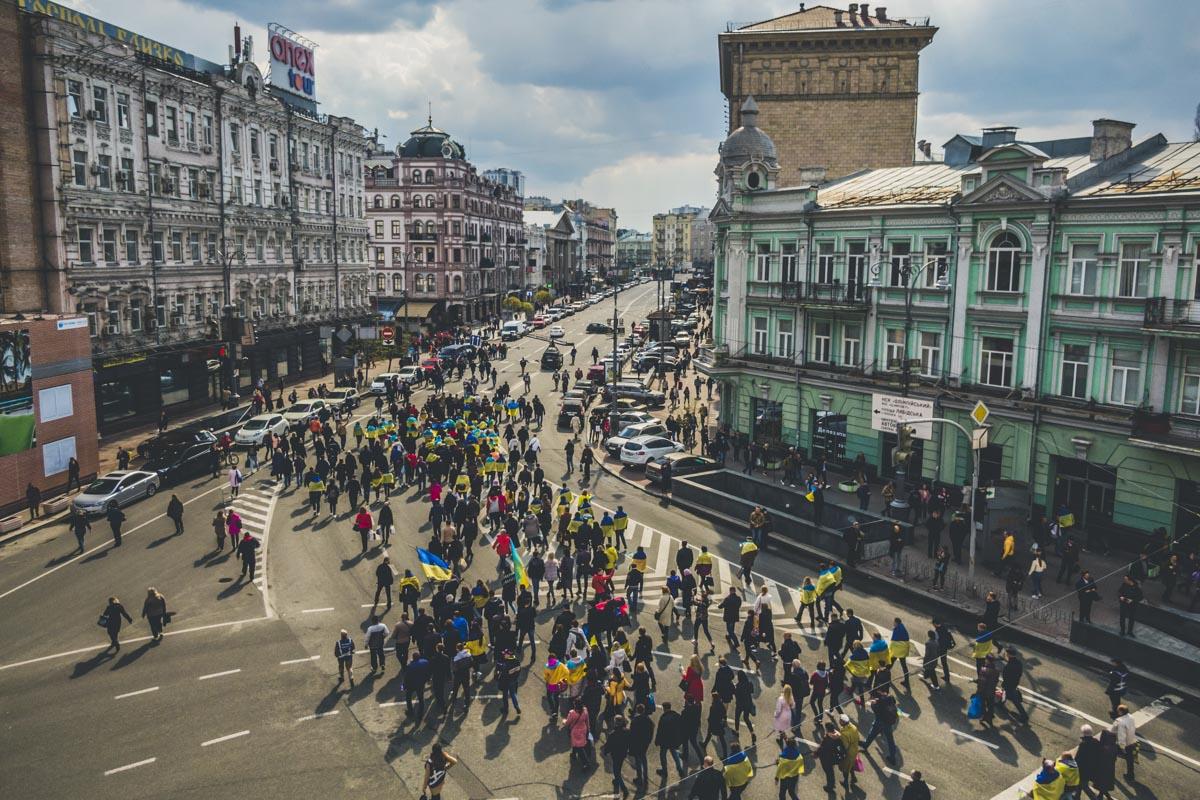 Электорат преимущественно шел с флагами Украины