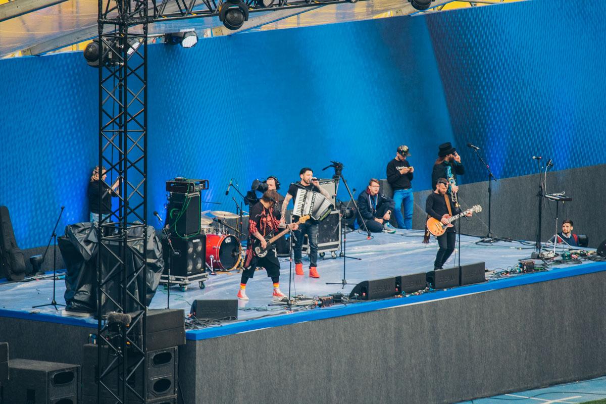 Перед дебатами украинские музыканты дали концерт