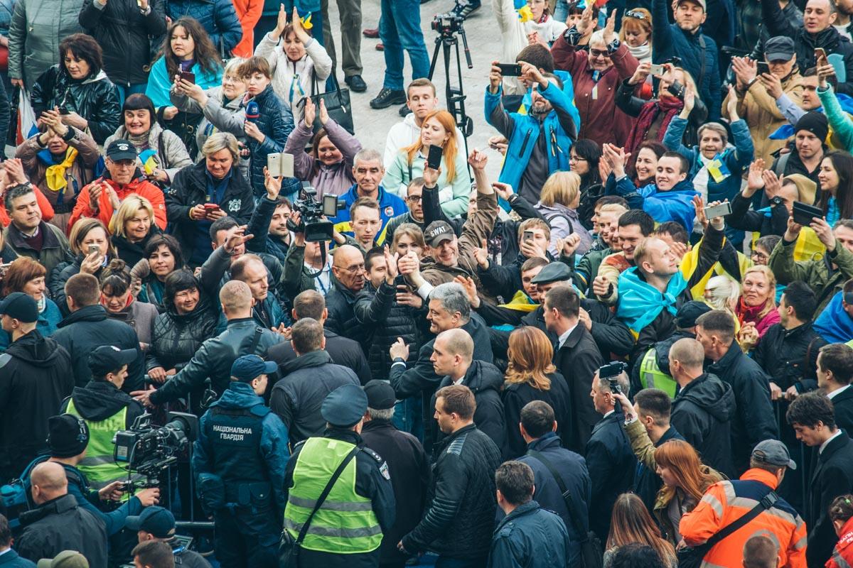 Петр Порошенко вызвался перейти на сцену своего оппонента, а по дороге его встречала шумная толпа