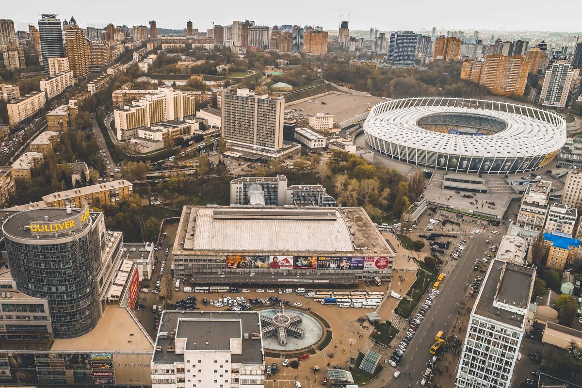 На Троицкой площади припаркован спецтранспорт и автобусы правоохранителей