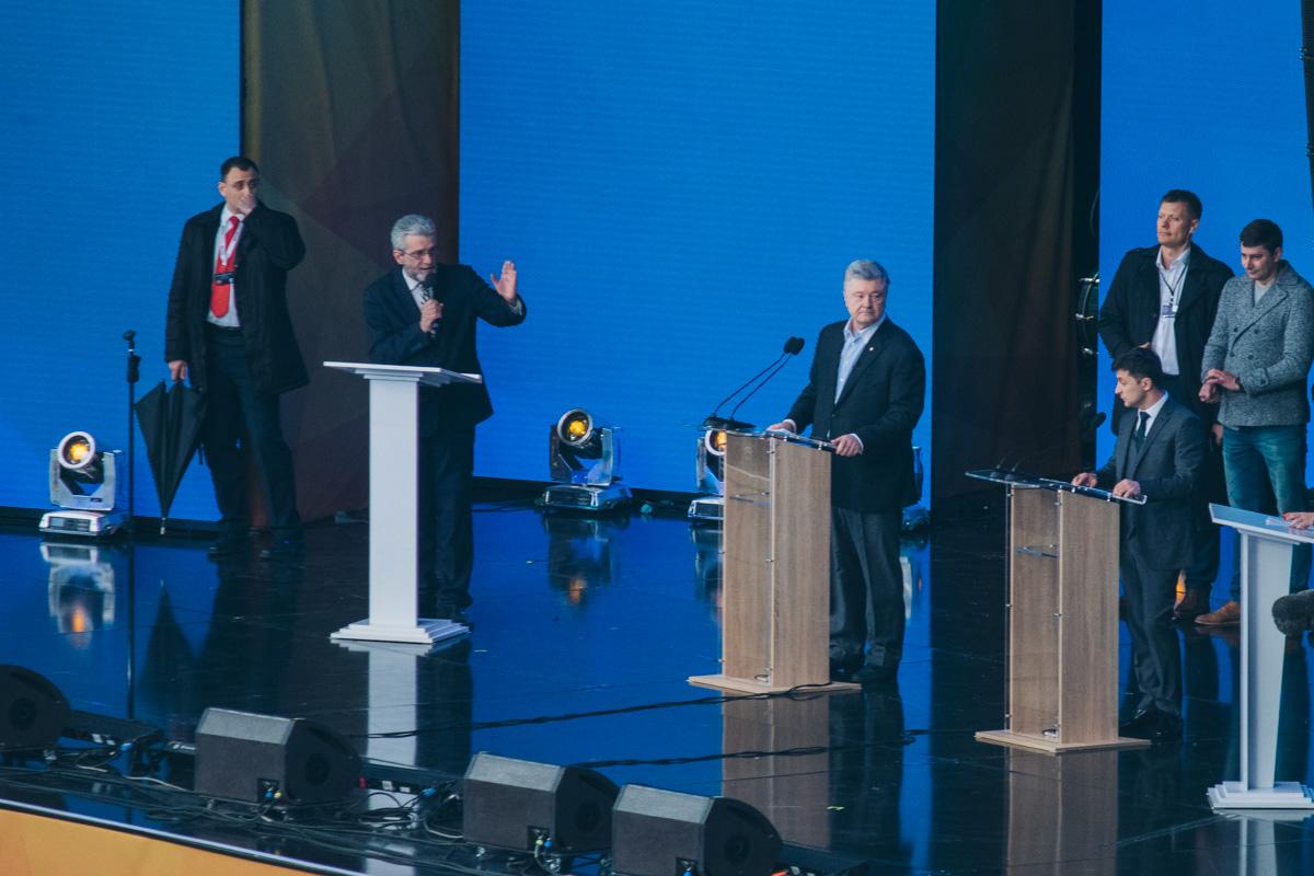 Кандидаты планировали вести дебаты с двух сцен, но в итоге выступали на одной