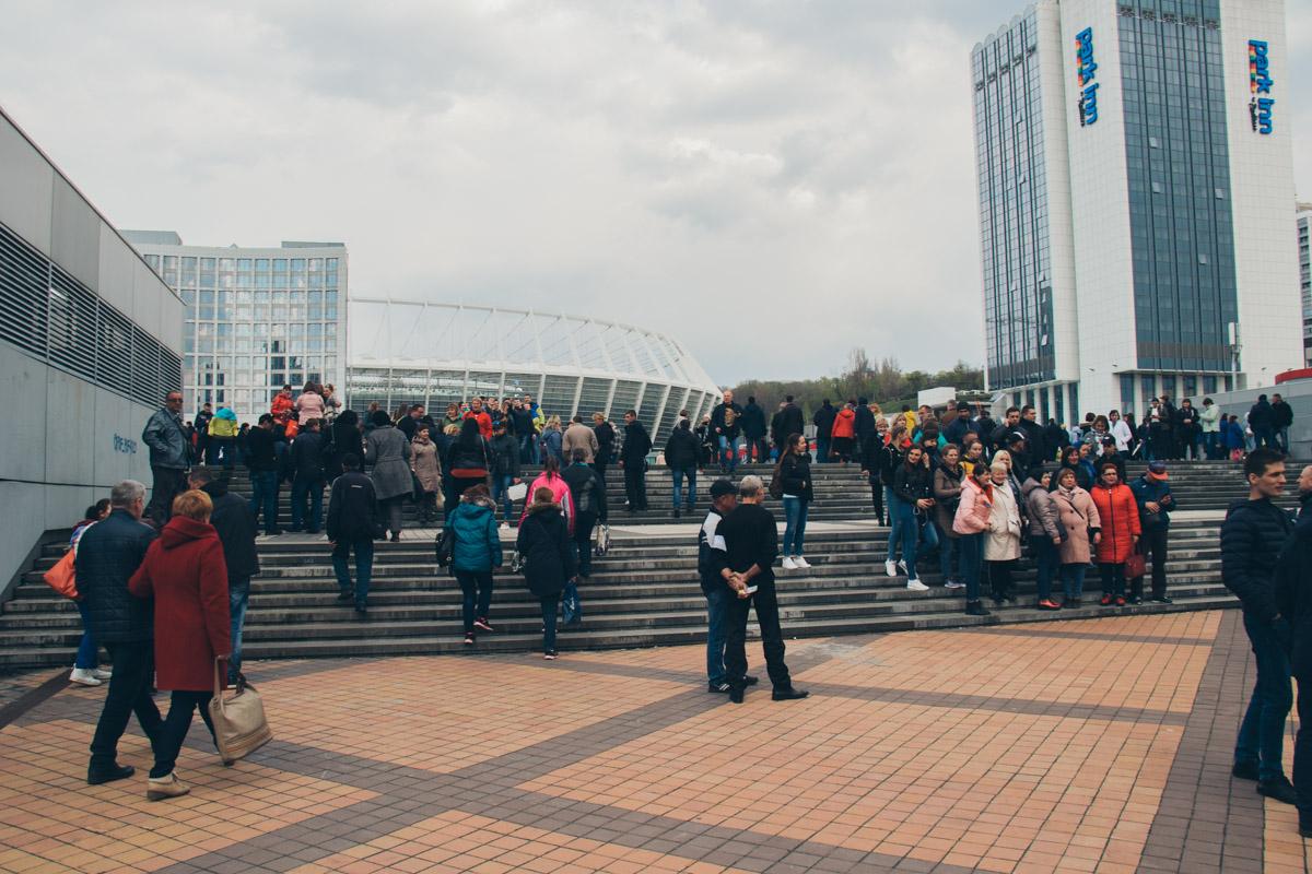 """Под НСК """"Олимпийский"""" еще днем собрались все желающие лично присутствовать на дебатах"""