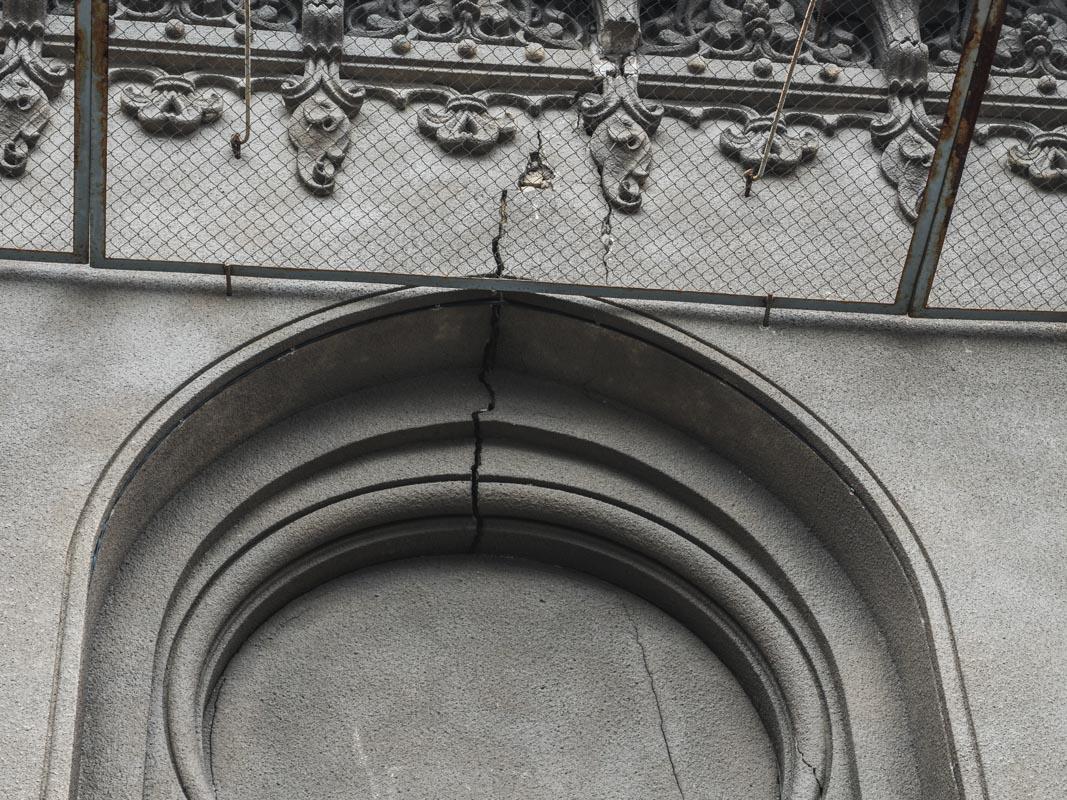 Фасад здания во многих местах пошел трещинами