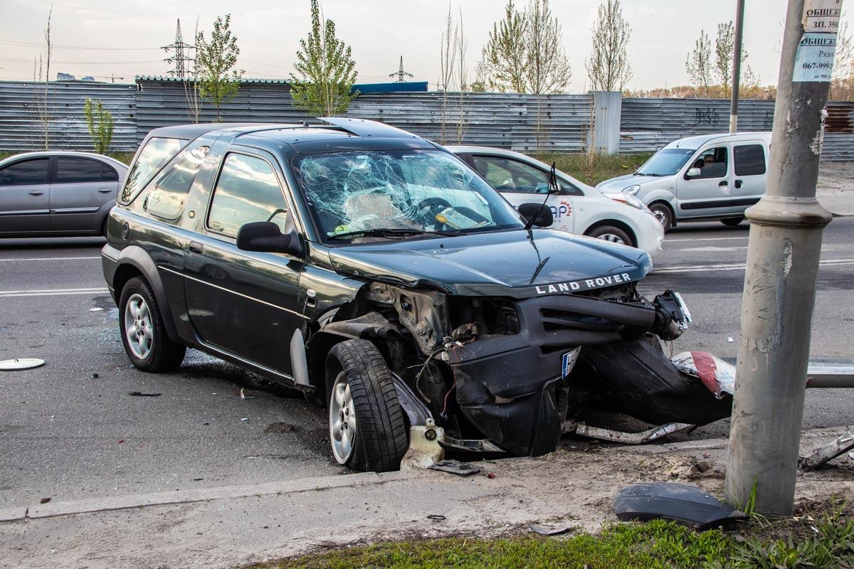 УLand Rover разбита вся передняя часть и лобовое стекло