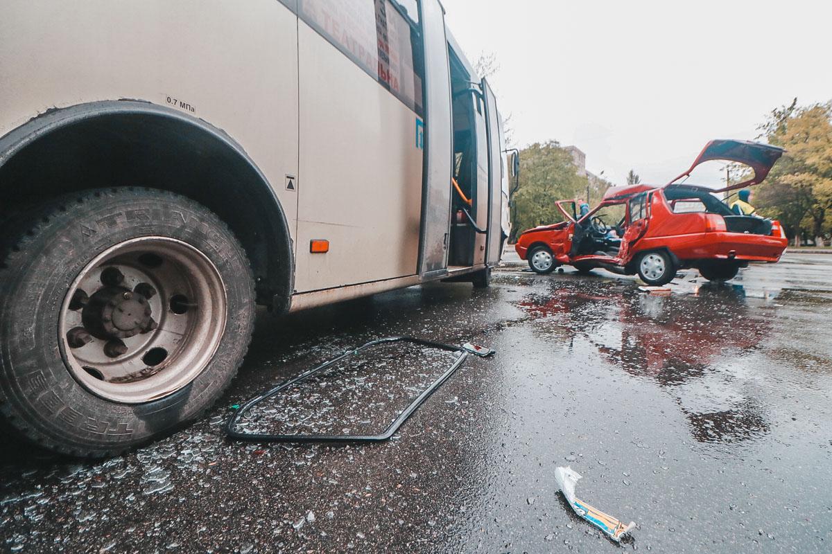 В результате все находившиеся в салоне автомобиля пострадали