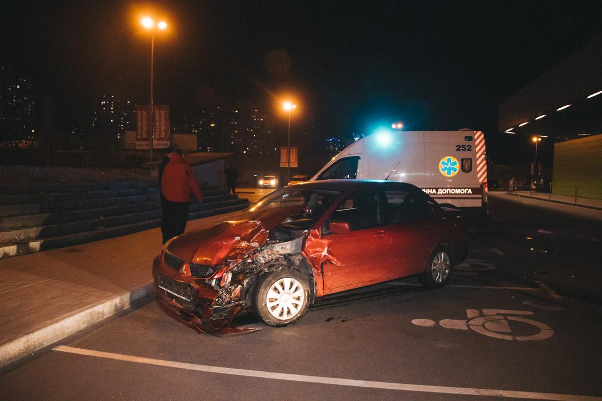 Мужчина наMercedes не заметил едущий ему навстречу автомобиль и врезался в него