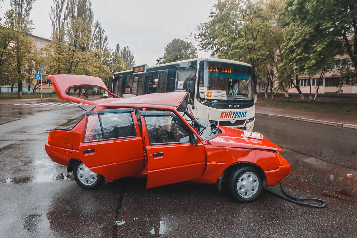 """Предварительно, автобус маршрута 429 двигался со стороны кольцевой развязки, когда перед ним внезапно появилась """"Славута"""""""