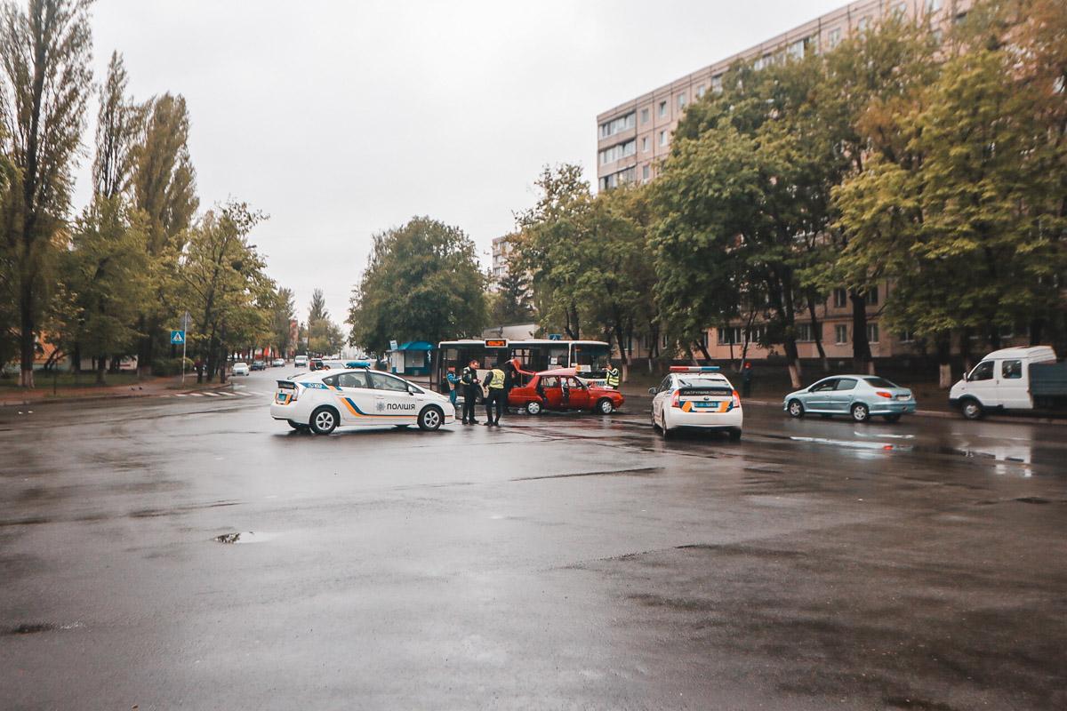 """Автомобиль """"Славута"""" попал под маршрутку - в результате крайне серьезно пострадала не только маршрутка, но и ее пассажиры"""