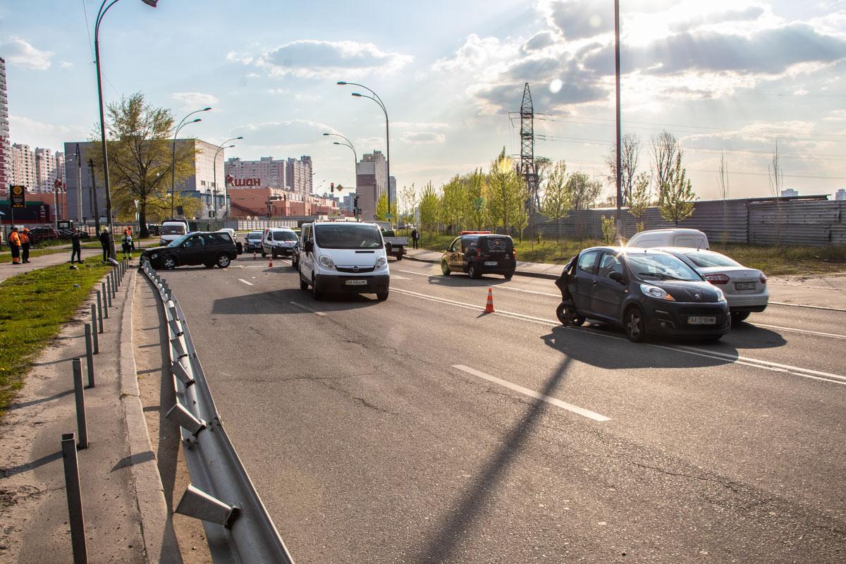 На улице Здолбуновской произошла авария с участием автомобилейLand Rover и Peugeot 107