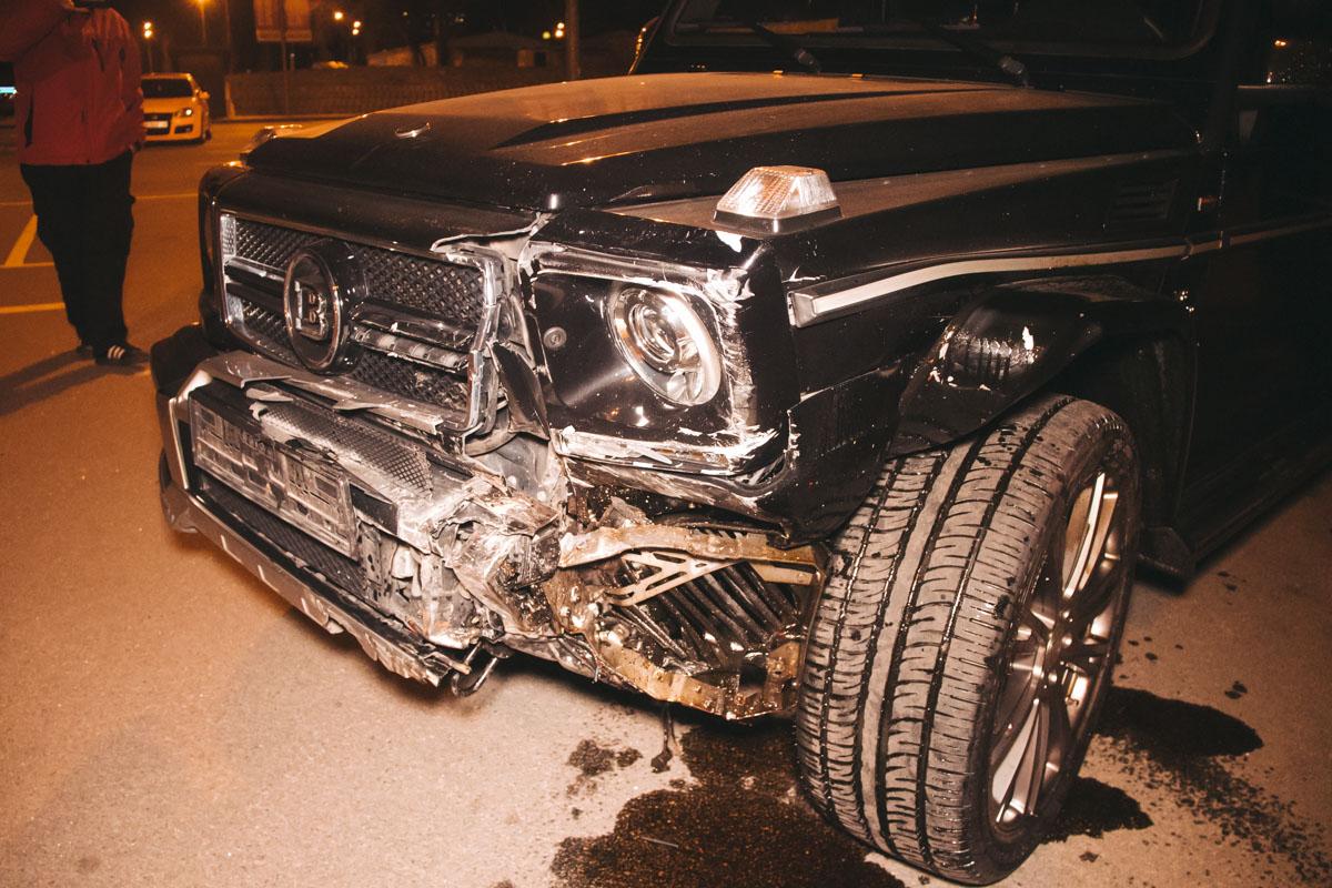 На парковке Novus произошла авария с участием автомобилейMercedesG-класса иMitsubishi Lancer
