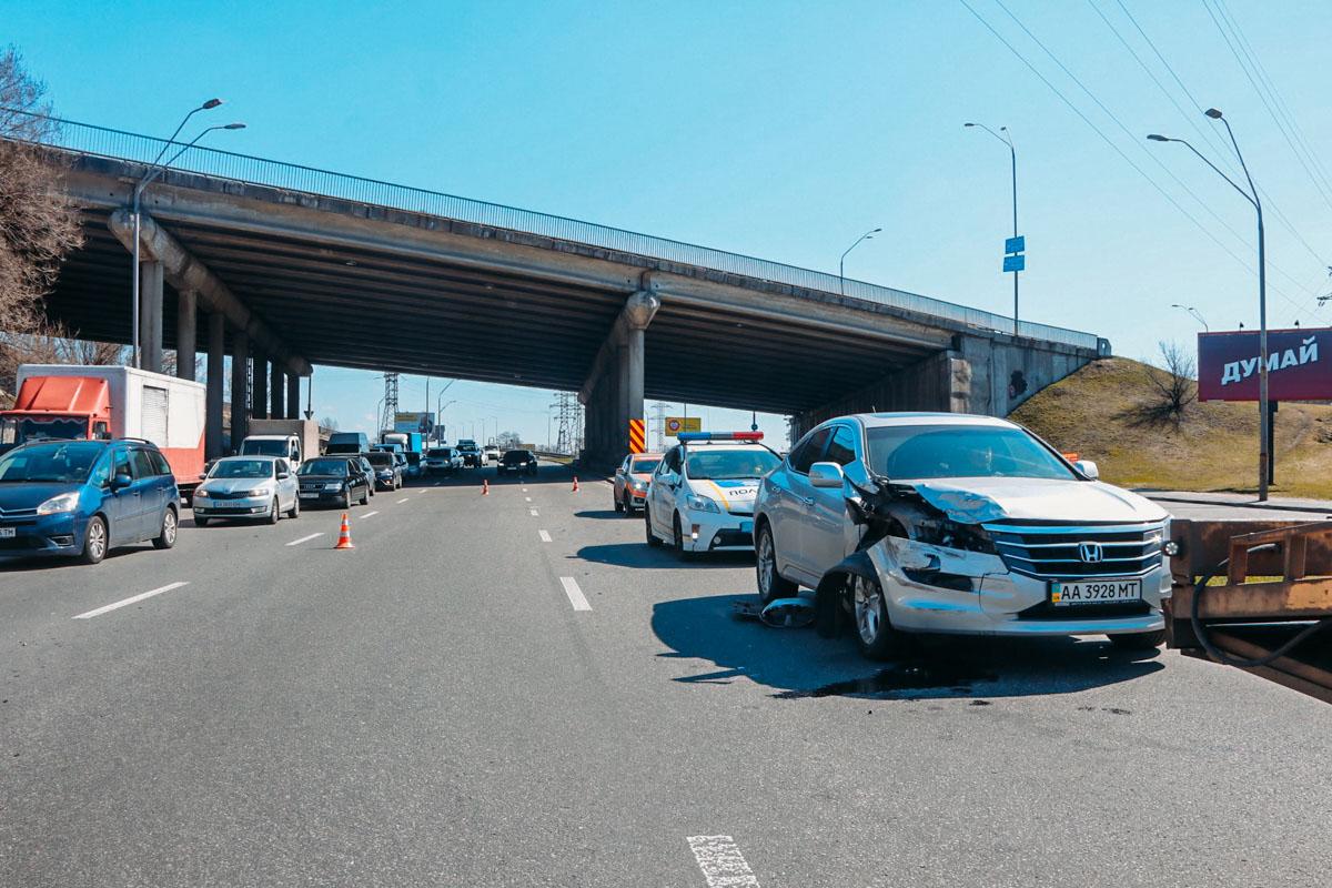 В Киеве под Южным мостом произошло ДТП с участием четырех автомобилей