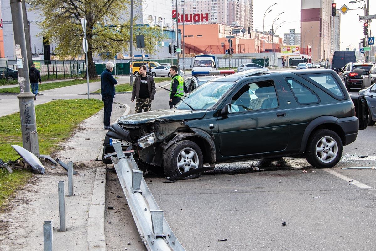 В результате аварии, водителя Land Rover госпитализировали с травмой головы
