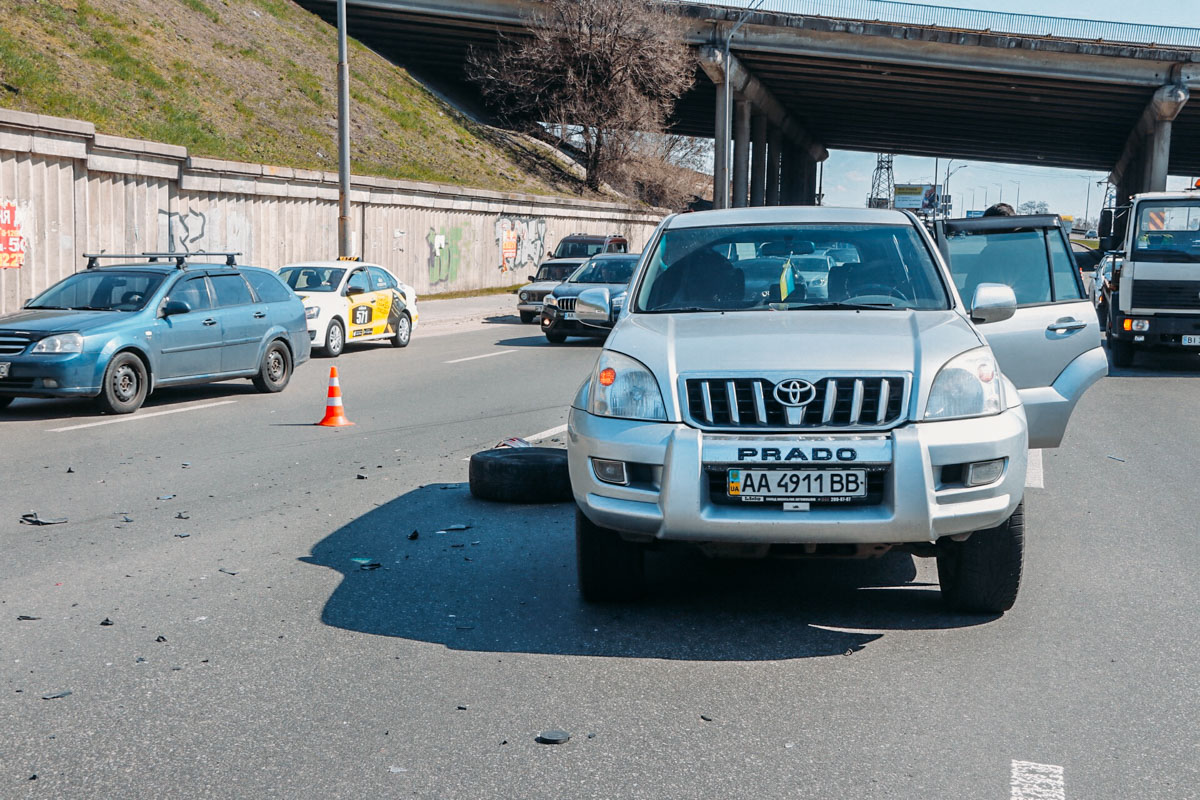 Из-за несоблюдения дистанции по очереди столкнулись Honda, Toyota, Peugeot и Skoda