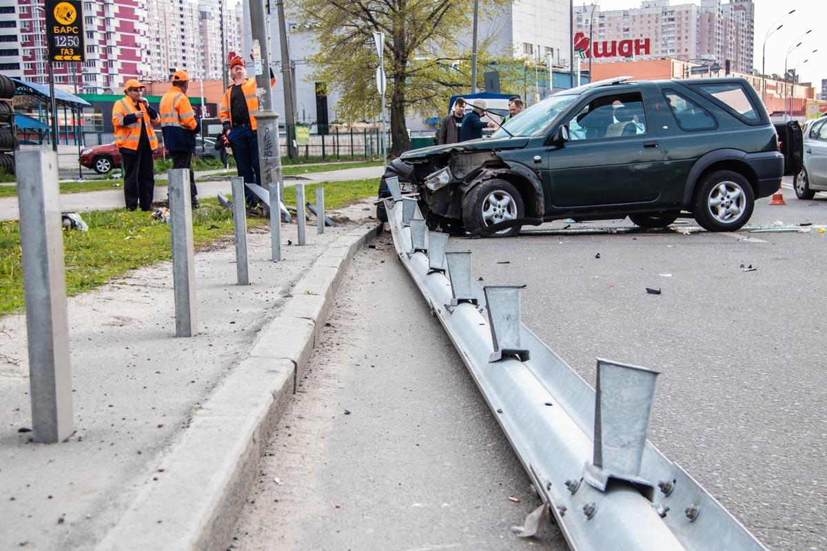 Водитель Peugeot считает, что водительLand Rover значительно превысил скорость и не справился с управлением
