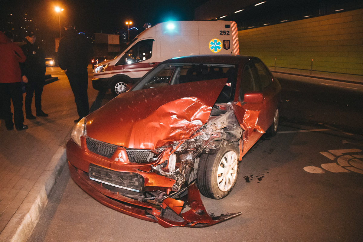 УMitsubishi Lancer разбиты передний бампер, капот и левое крыло, сработали подушки безопасности