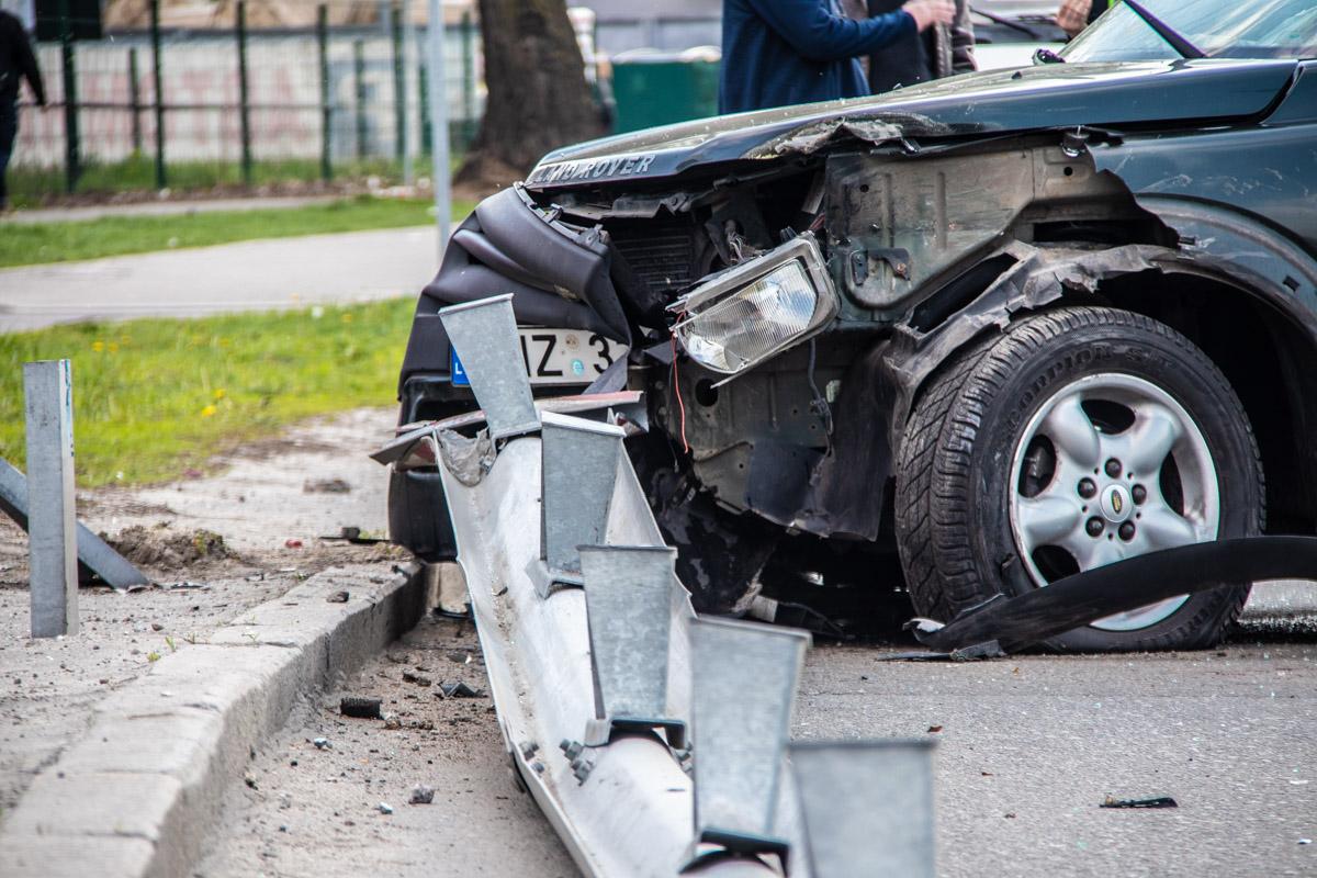 ВодительLand Rover не справился с управлением и врезался вPeugeot