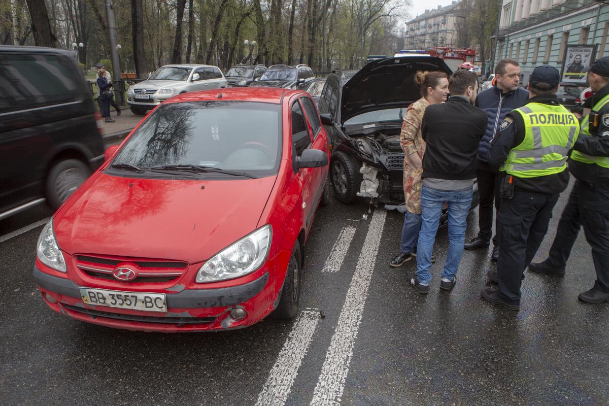 В пятницу, 12 апреля, в центре Киева произошла авария с участием четырех автомобилей