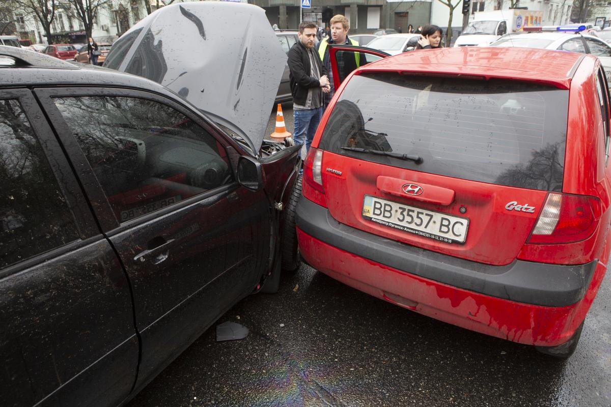 Daewoo Lanos проехал на красный свет по улице Грушевского и спровоцировал ДТП
