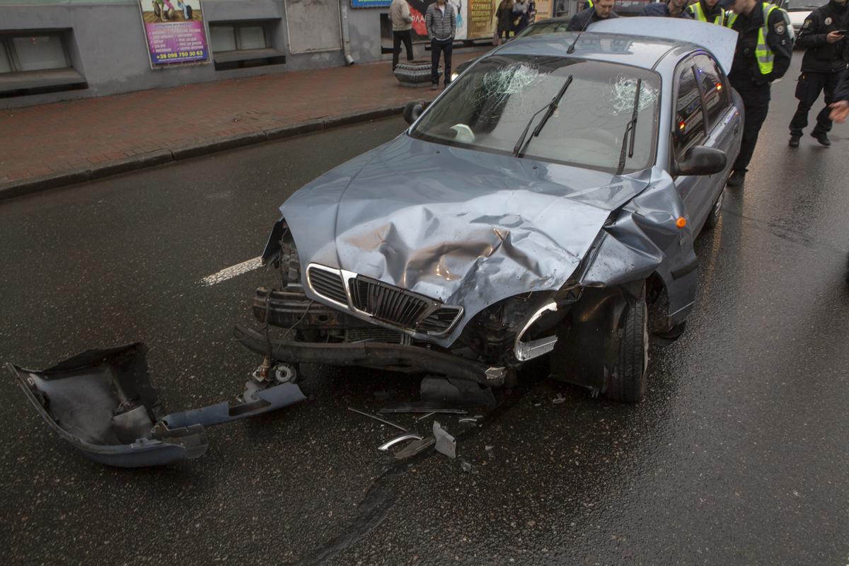 Lanos влетел в стоявшую на перекрестке Toyota RAV4, причем от удара «японца» развернуло.