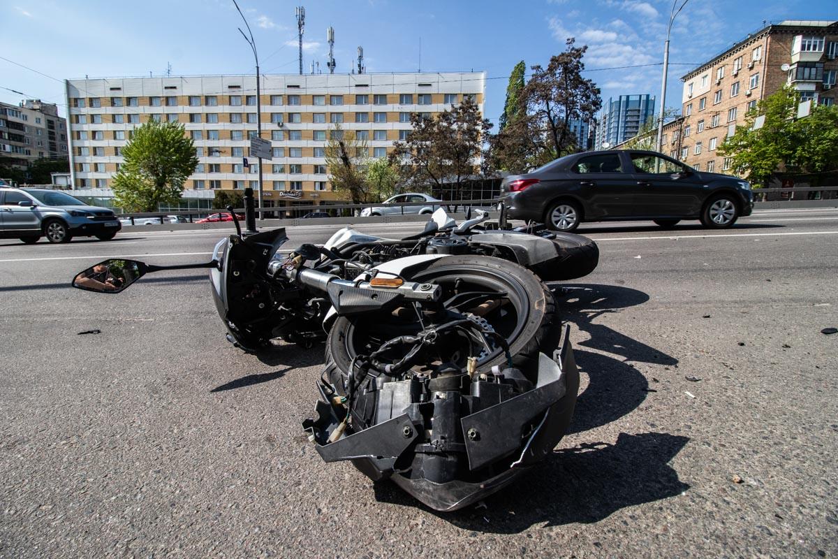 В Renault службы такси Uber влетел мотоцикл