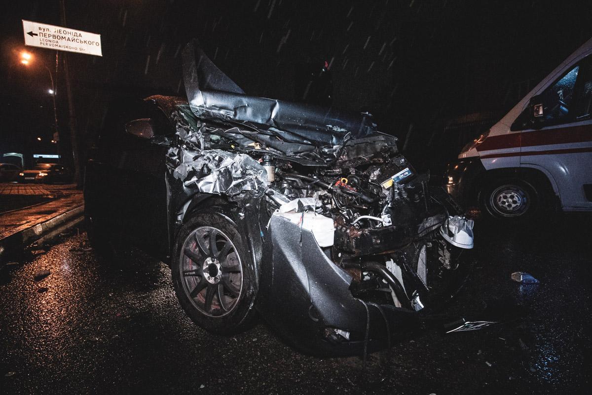 """На улице Мечникова рядом со станицей метро """"Кловская"""" Hyundai Accent с тремя пассажирами в салоне врезался в припаркованный на обочине грузовой Ford Transit"""