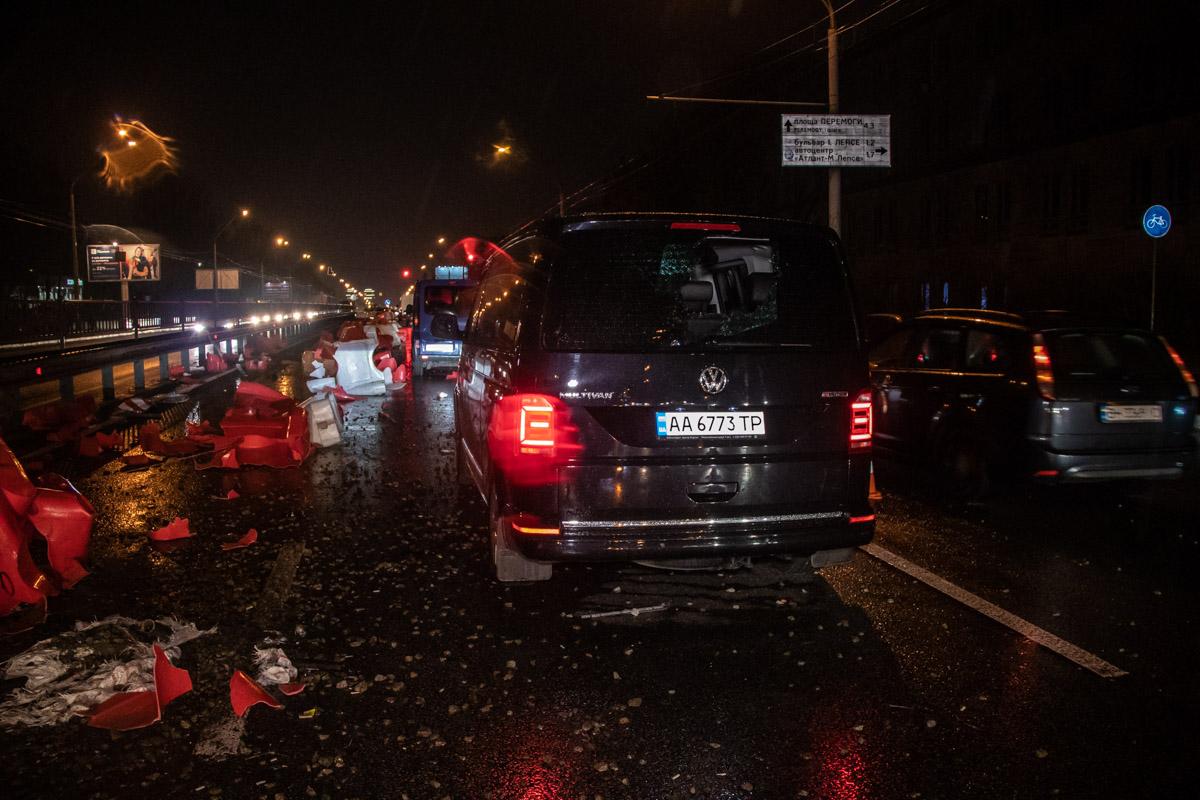 На проспекте Победы произошла авария с участием микроавтобуса и автомобилейVolkswagen Multivan и Renault Trafic