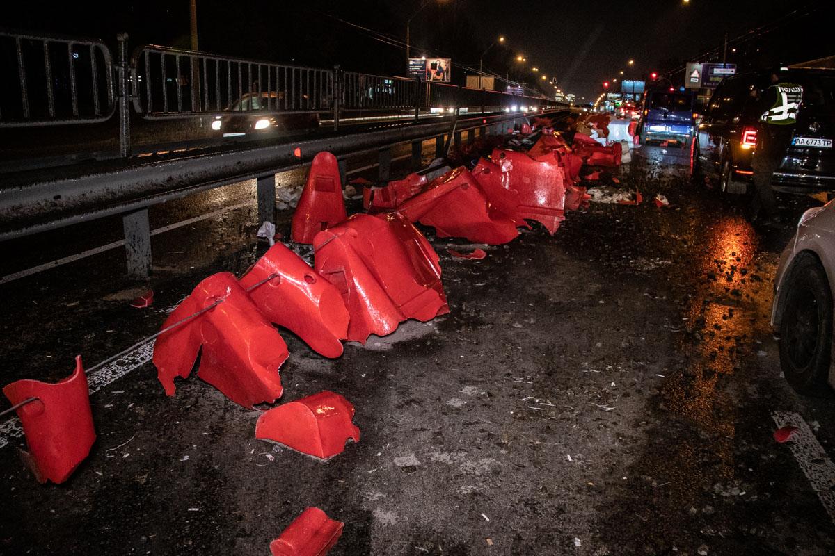Оторвавшиеся части отбойников повредили автомобилиVolkswagen Multivan и Renault Trafic, которые двигались в соседней полосе