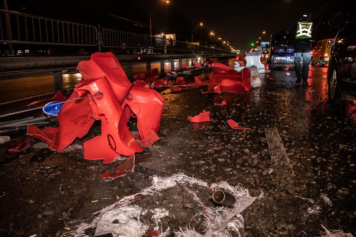 Машина сбила около 30-ти метров ограждения и дорожные знаки