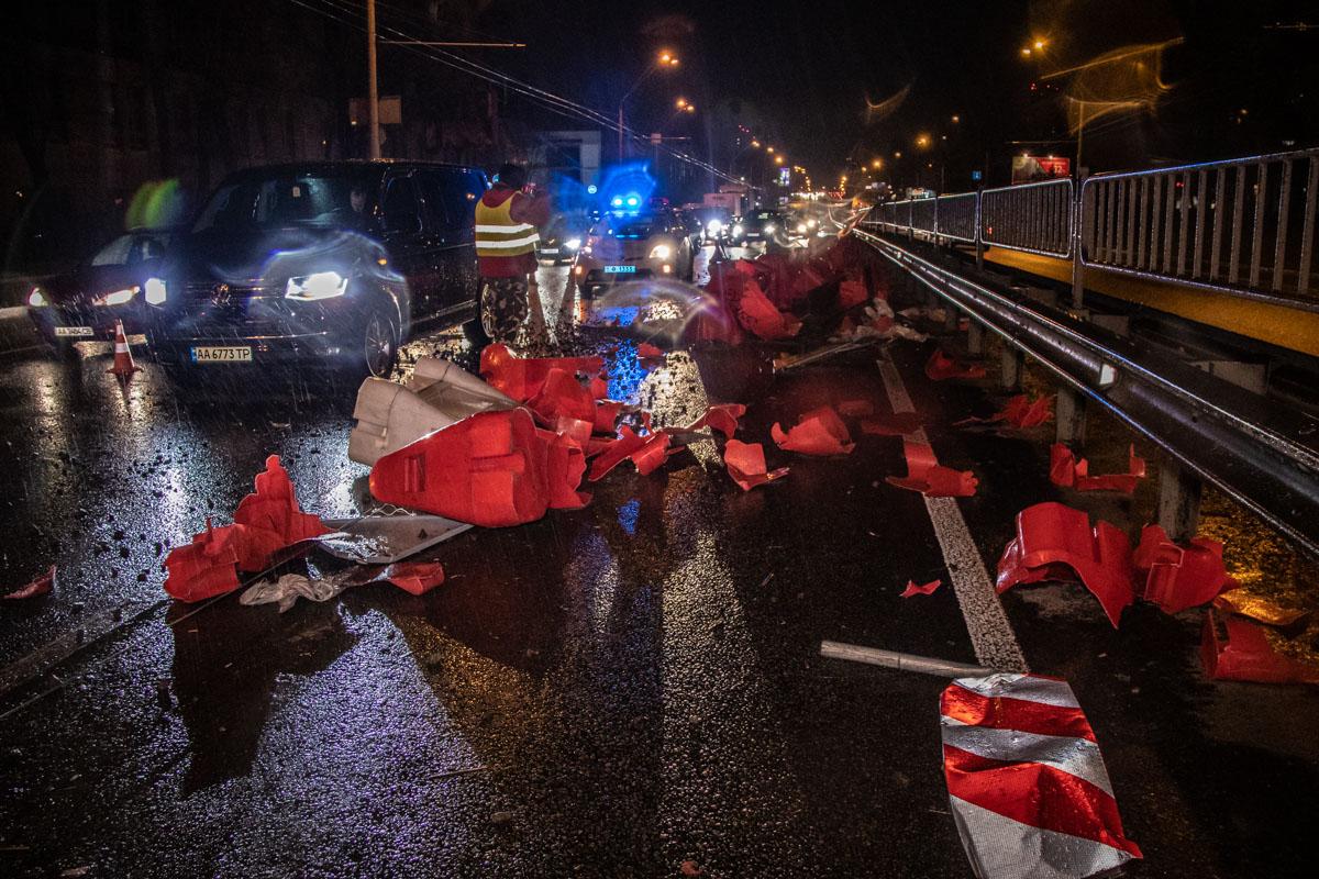 После столкновения с пластиковыми отбойниками, мужчина за рулем микроавтобуса скрылся с места происшествия