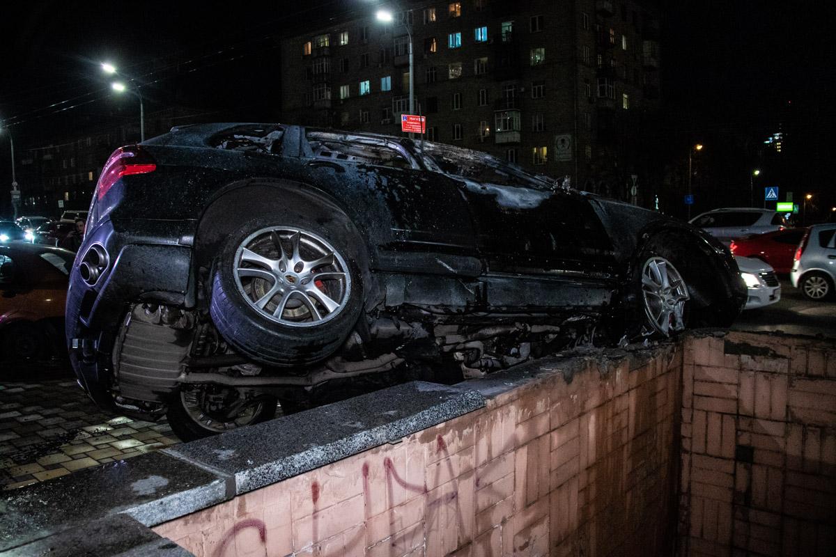 Пылающий Porsche повис над подземным переходом