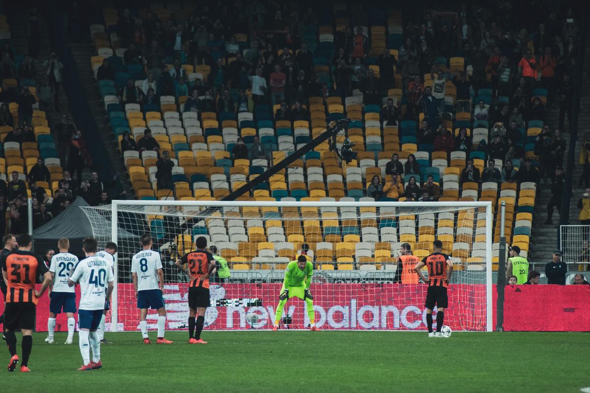 На последних секундах матча Мораес не смог реализовать пенальти: безупречно сыграл Денис Бойко, отбив удар бразильца