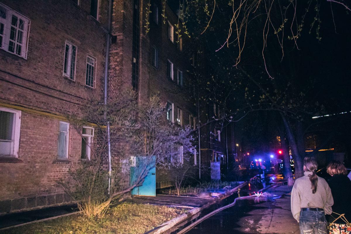 В Киеве загорелась крыша жилого дома