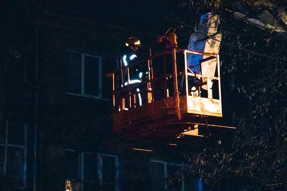 Огонь охватил 200 квадратных метров крыши