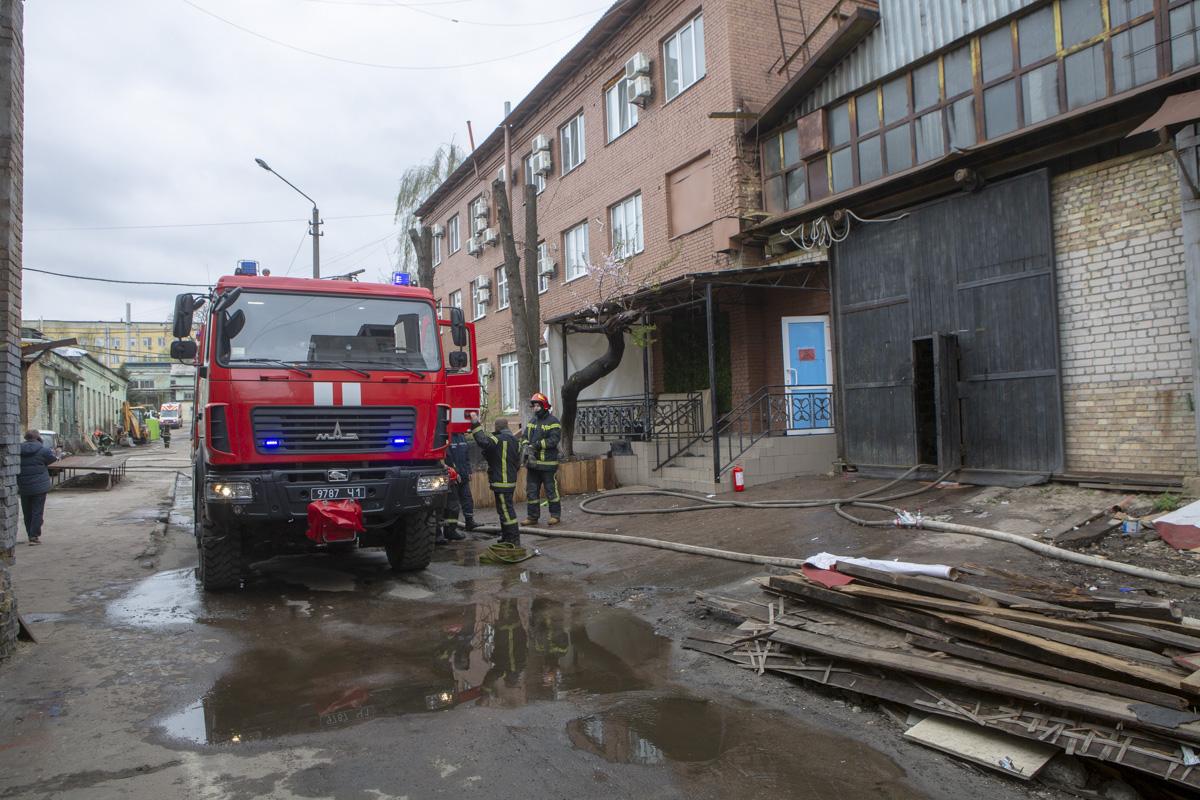 В Киеве загорелся ангар