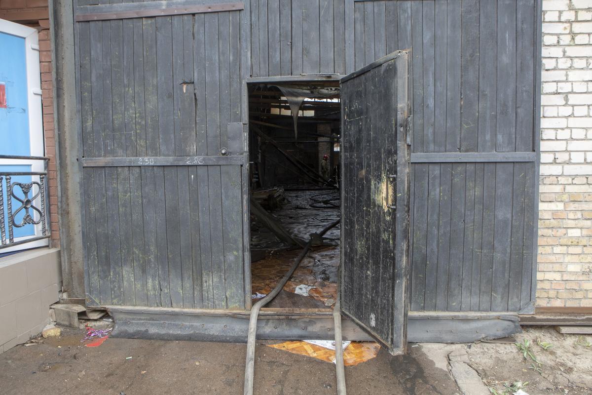 Огонь охватил около 1500 квадратных метров строения