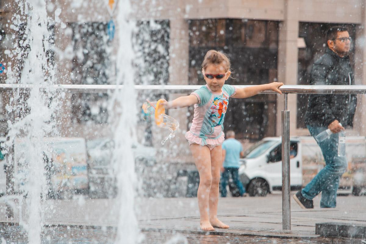 Отчаянная малышка открывает сезон купания в фонтане
