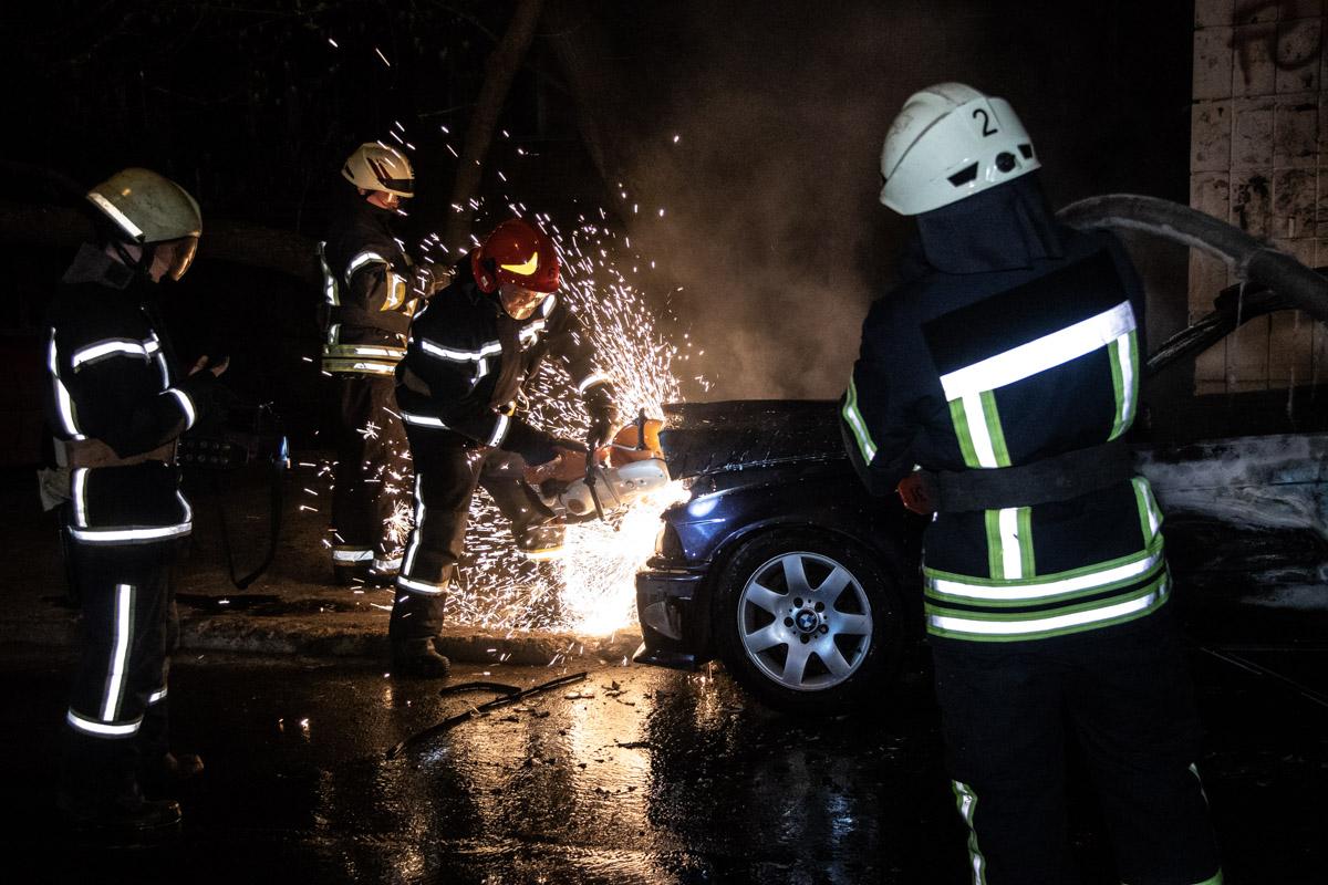 Чтобы ликвидировать возгорание спасатели вскрывали капот с помощью бензореза