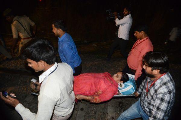 В результате схода вагонов в Индии пострадали 15 человек