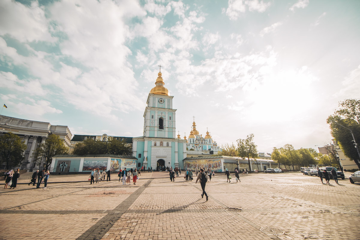 Возле Михайловского собора утром немало людей