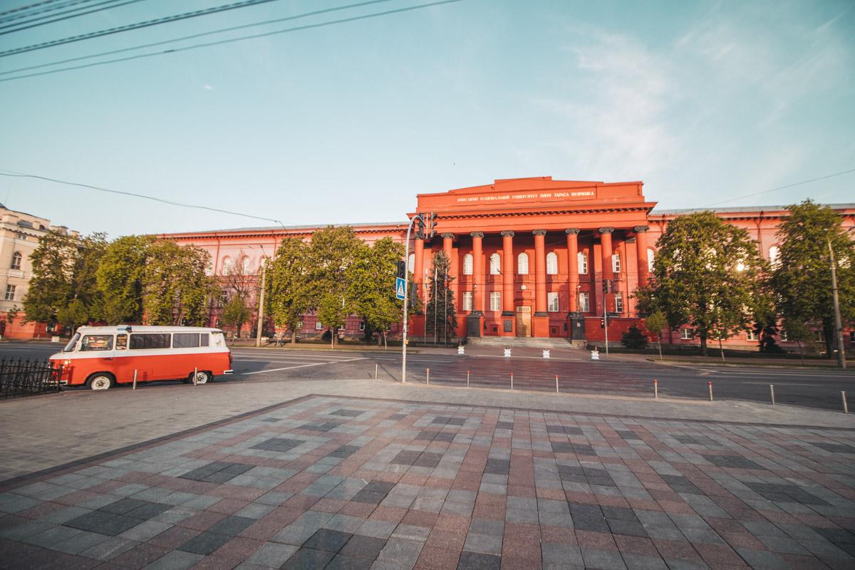 А здесь сам автотранспорт навевает соответствующую эпоху. Кто сказал, что в Киеве 70-х не было хиппи? Да вы посмотрите на фото!